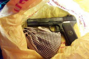 Kauno kriminalistai aptiko ginklų arsenalą ir kokaino už 100 tūkst. eurų