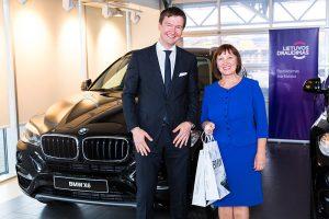 Naujais BMW važinės muzikos mokytoja ir autobuso vairuotojas