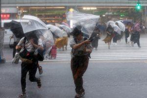 Ekstremalių orų nualintai Japonijai smogė stipri audra