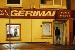 Policija baudžia naktį alkoholį išsinešančius pirkėjus ir parduodančias prekyvietes