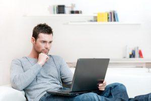 """Tyrimas: moterys dažniau naudojasi """"Facebook"""", vyrai – """"Youtube"""""""