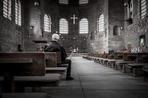 Religinėse apeigose bent kartą per savaitę dalyvauja daugiau nei 12 proc. lietuvių