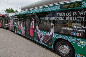 Vilniaus gatvėse – tautiniais kostiumais papuošti autobusai