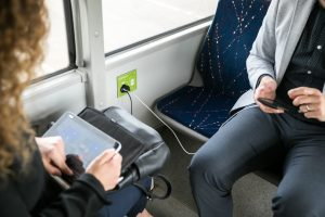 Patogi smulkmena: autobuse galėsite įkrauti telefoną