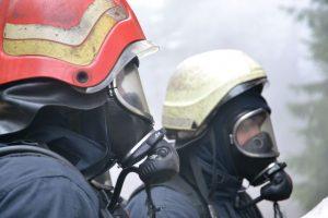 Ugniagesiai skubėjo gesinti degančio sodo namelio