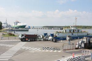 """Tūkstančiai sunkvežimių neteisėtai kėlėsi į Neringą (""""Smiltynės perkėlos"""" komentaras)"""