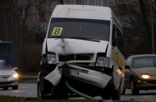 Mikroautobusas uostamiestyje rėžėsi į stulpą