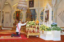 Naujasis Tailando karalius vadovavo maldoms už velionį tėvą