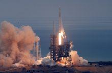 """""""SpaceX"""" raketa su kroviniu startavo iš istorinės aikštelės"""