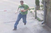 Ieško jaunuolio, įmetusio petardą į Baltarusijos ambasados teritoriją