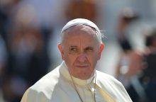 Popiežius atsipašė kunigų pedofilų aukų, tačiau toliau gina Čilės vyskupą