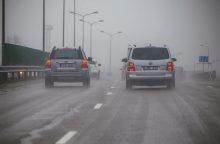 Rinkitės saugų greitį: eismo sąlygas vietomis sunkina plikledis