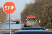 Rajoniniai keliai – slidūs, potvynio vanduo kelyje į Rusnę nuslūgo