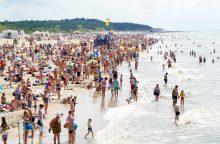 Vasarotojai šturmavo paplūdimius: aikštelėse neliko vietos automobiliams