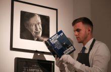 Aukcione parduotas fiziko S. Hawkingo vežimėlis ir daktaro disertacijos originalas