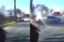 Nufilmavo šiurpų vaizdą: keliu skridęs automobilis rėžėsi į medį