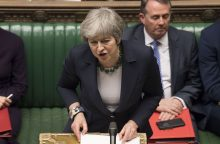 """Th. May paskutinę minutę stengiasi užsitikrinti paramą susitarimui dėl """"Brexit"""""""