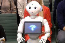 """Robotės debiutas JK parlamente pakurstė juokelius apie premjerę """"Maybotę"""""""