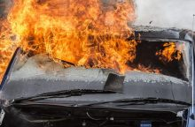 """Nesėkmingas savaitgalis BMW ir """"VW Golf"""" vairuotojams: mašinos degė atvira liepsna"""