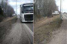 Netoli Kauno vilkikas nubloškė BMW į griovį – šis nuo smūgio dar rėžėsi į medį
