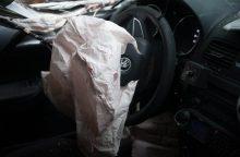 Epilepsijos priepuolį patyrusios moters automobilis rėžėsi į stulpą