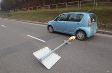 Tokį vaizdą pamatysi ne kasdien: nulaužė kelio ženklą ir jį vilko po ratais