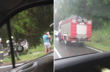 """Avarija Kauno rajone: po smūgio """"Volkswagen"""" nulėkė į griovį"""