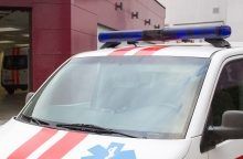Girtas vyras drauges vežė ant automobilio bagažinės, kol šios nukrito