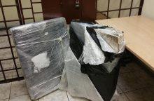 Kontrabandininkai cigaretes gabeno po ledo lytimi