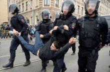 Sėdėti duobėje rusams atsibodo, bet revoliucijai nesiryžta