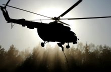 Lietuvos kariuomenė siunčia sraigtasparnį gesinti miško gaisro Latvijoje