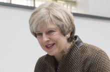 """Th. May nusivylė dėl pralaimėjimo parlamente, bet toliau eina """"Brexit"""" keliu"""