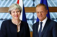 """T. May siūlo, kad po """"Brexit"""" Britanijoje esantys ES piliečiai galėtų likti šalyje"""