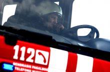 Skubėdami gesinti gaisro, Raseinių ugniagesiai du kartus atsidūrė griovyje