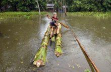 Indijoje dėl potvynio žuvusių žmonių skaičius išaugo iki 83