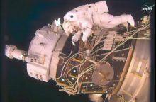 """JAV astronautai atvirame kosmose montavo """"vartus į ateitį"""""""