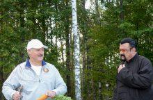 A. Lukašenka privertė Holivudo žvaigždę S. Seagalą suvalgyti jo užaugintą morką