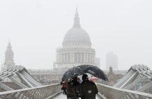 Gausus sniegas Europoje sukėlė transporto chaosą