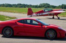 Intriguojanti dvikova: automobilis prieš lėktuvą
