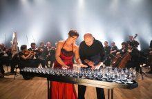 """Stiklo taurėmis grojantis duetas """"Glass Duo"""" kviečia pasivaikščioti debesimis"""