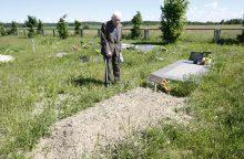 Į kapą – šalia benamių