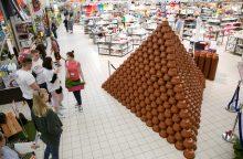 Pirkėjai parduotuvėje pastatė rekordinę piramidę iš 4 tūkst. vazonų