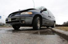 Pėsčiasis pakliuvo po stumiamo automobilio ratais